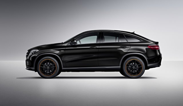2020 Mercedes GLG vs Land Rover